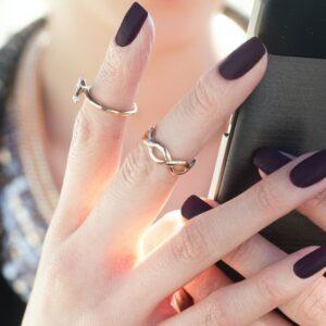 Matowe paznokcie hybrydowe – cały czas modne